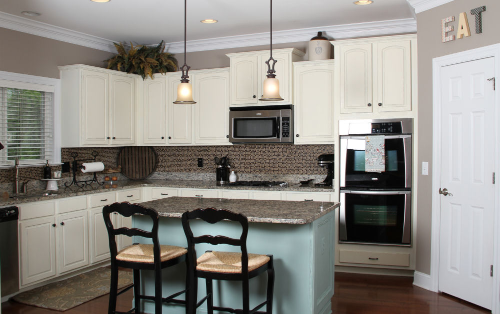 Kitchen paint colors with white cabinets for Spraying kitchen cabinets white